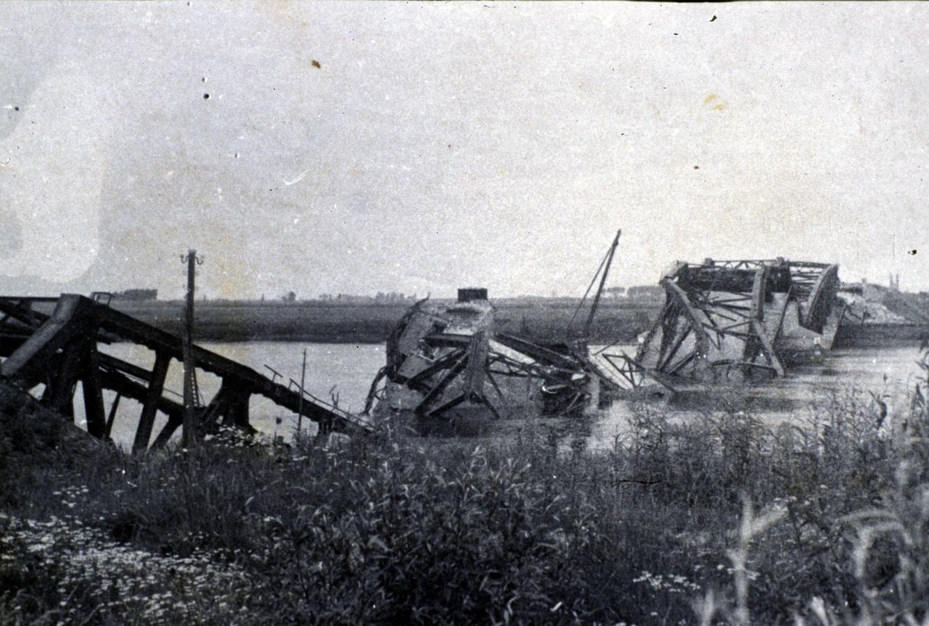 De Keizersveersebrug werd op 31 oktober 1944 door de Duitsers vernield om de geallieerden aan de zuidkant van de Bergsche Maas te houden.