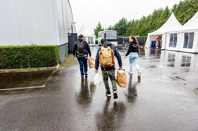 Sinds eind september worden vluchtelingen gehuisvest in de noodopvang van het Centraal Orgaan Asielzoekers in de Zeelandhallen in Goes. Onder meer door de komst van evacués uit Afghanistan moet de opvangcapaciteit worden uitgebreid