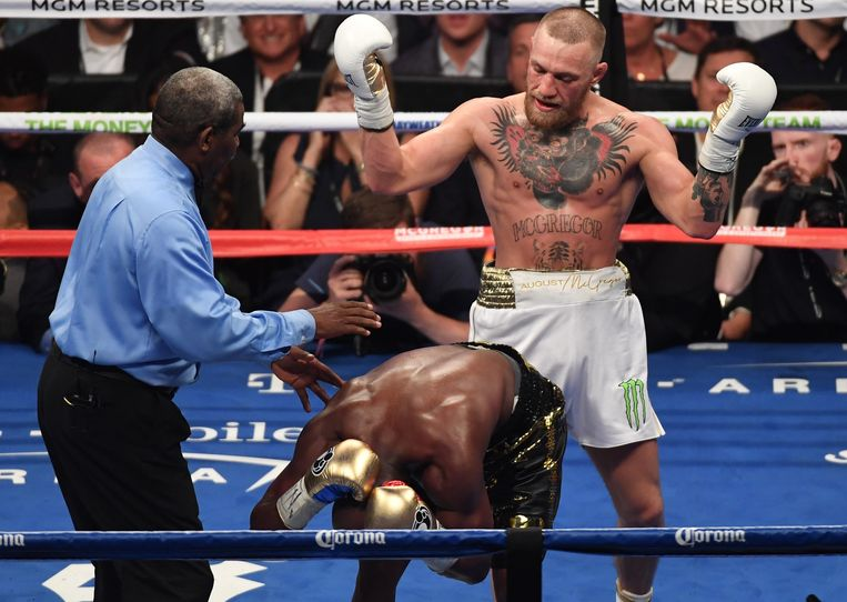 LAS VEGAS, NV - AUGUST 26: (L-R) Floyd Mayweather Jr. reacts to a punch from Conor McGregor during their super welterweight boxing match on August 26, 2017 at T-Mobile Arena in Las Vegas, Nevada.   Ethan Miller/Getty Images/AFP == FOR NEWSPAPERS, INTERNET, TELCOS & TELEVISION USE ONLY == Beeld AFP