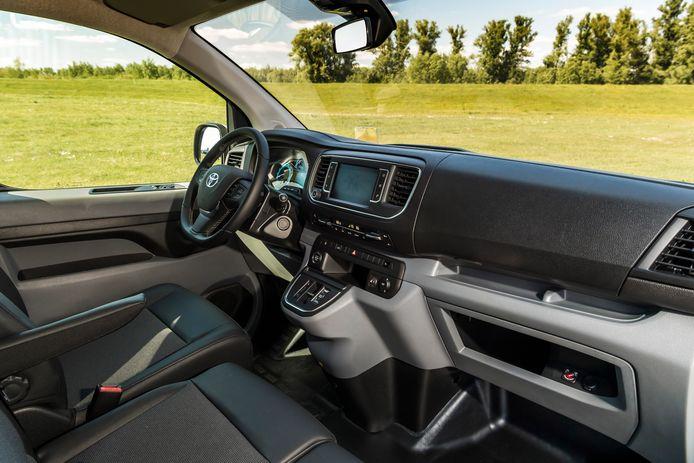 Een hard en zakelijk dashboard met eenvoudige materialen: ook dit is - op de logo's na - identiek aan de binnenkant van de Peugeot, Citroën en Opel