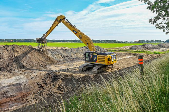 Het voorbereidend werk van het Logistiek Park Moerdijk is in volle gang. Er worden grote partijen zand aangevoerd en er worden sloten gegraven.