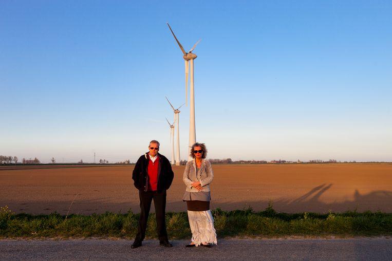 Claus van de Wiel en Ine van den Dool bij de windturbines waarvoor zij zijn verhuisd.  Beeld Renate Beense