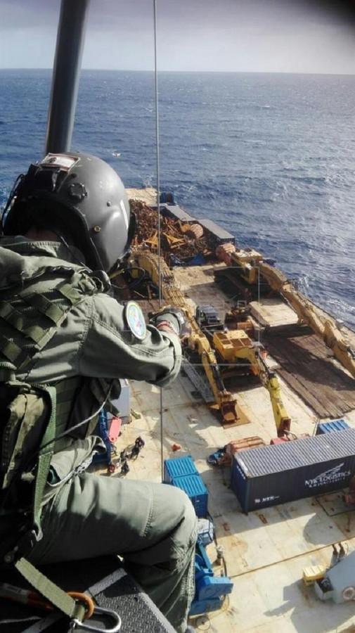 Medewerkers van de Spaanse kustwacht tijdens de reddingsoperatie van de verstekelingen.