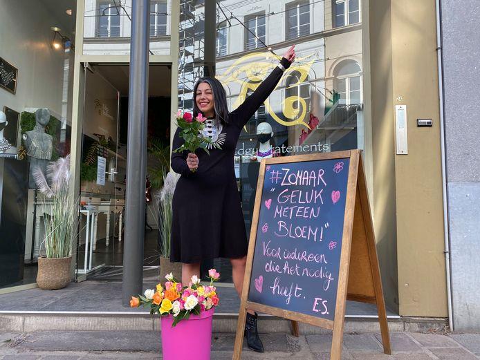 Enise voor haar juwelenwinkel Edgy Statements, met gratis bloemen.