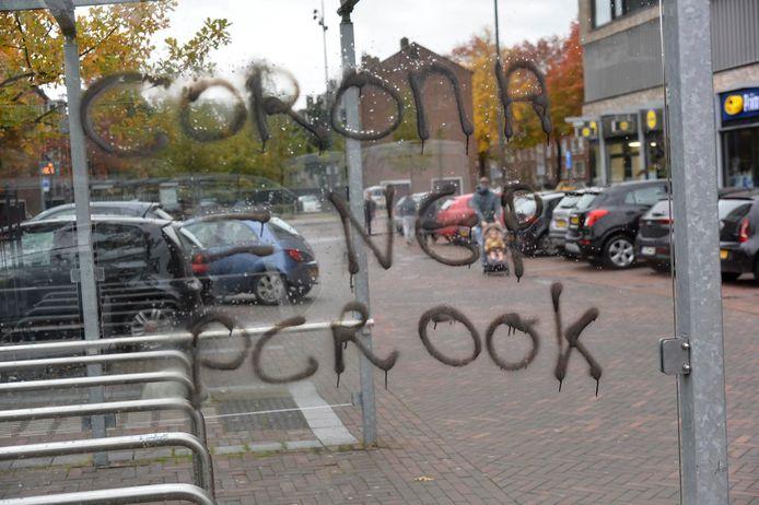 Vernieling bij de Jumbo-supermarkt in Breda. Corona is nep, volgens de vandalen.