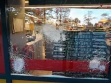 Vandalen slopen ruiten Boni-supermarkt in Hattem