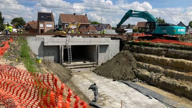 Fietstunnel onder sporen geschoven in Torhout
