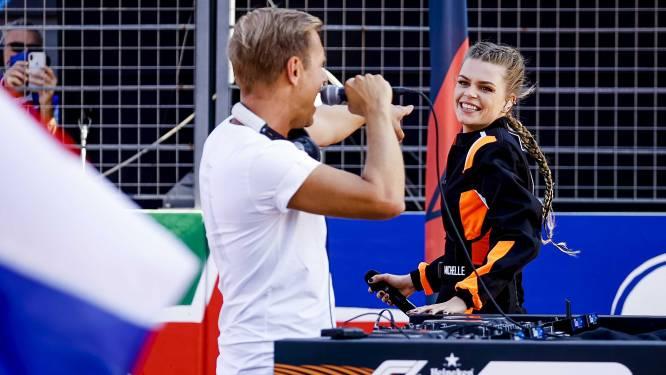 Davina Michelle zingt in racepak Wilhelmus voor start van Grand Prix in Zandvoort