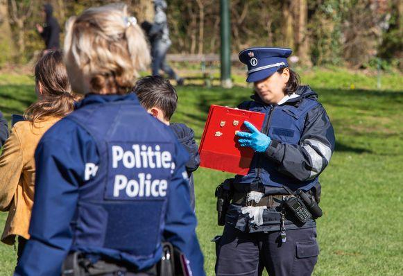 Onder meer in Ter Kamerenbos moest de politie veel pv's uitschrijven zondag, voor het niet bewaren van voldoende afstand.