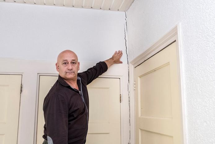 Willie Kamps wijst de scheuren in zijn huis aan.
