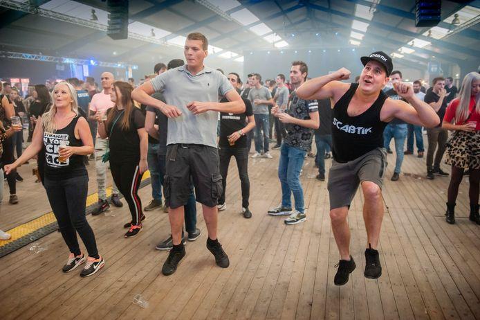 Enthousiast publiek bij Ace of Spades in manege De Moleneheide in Schijndel