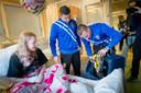 Noa in maart in ziekenhuis Rijnstate, met bezoek van de Vitesse- spelers Alexander Büttner (r) en Bryan Linssen.