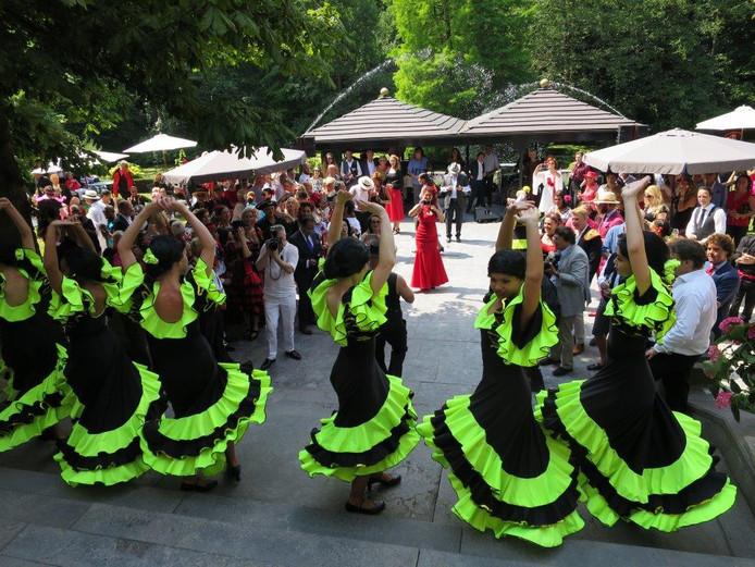 De FaFa showdansers in fluorgele en zwart flamengojurken laten zien hoe het moet.
