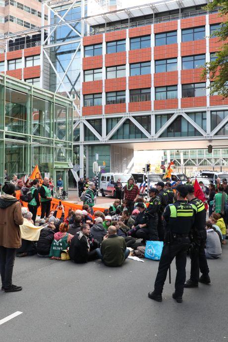 Extinction Rebellion blokkeert verkeer en bezet kantoor in Den Haag, meerdere activisten opgepakt