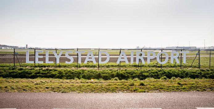 De opening van Lelystad Airport is al vier keer uitgesteld. Een nieuwe tegenvaller voor de minister: het onderzoeksbureau dat zij zelf inschakelde, twijfelt of het vliegveld na de coronacrisis nog meerwaarde heeft.
