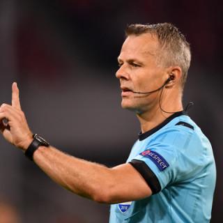 met-gillende-sirenes-wordt-arbiter-kuipers-naar-de-europa-leaguefinale-gereden