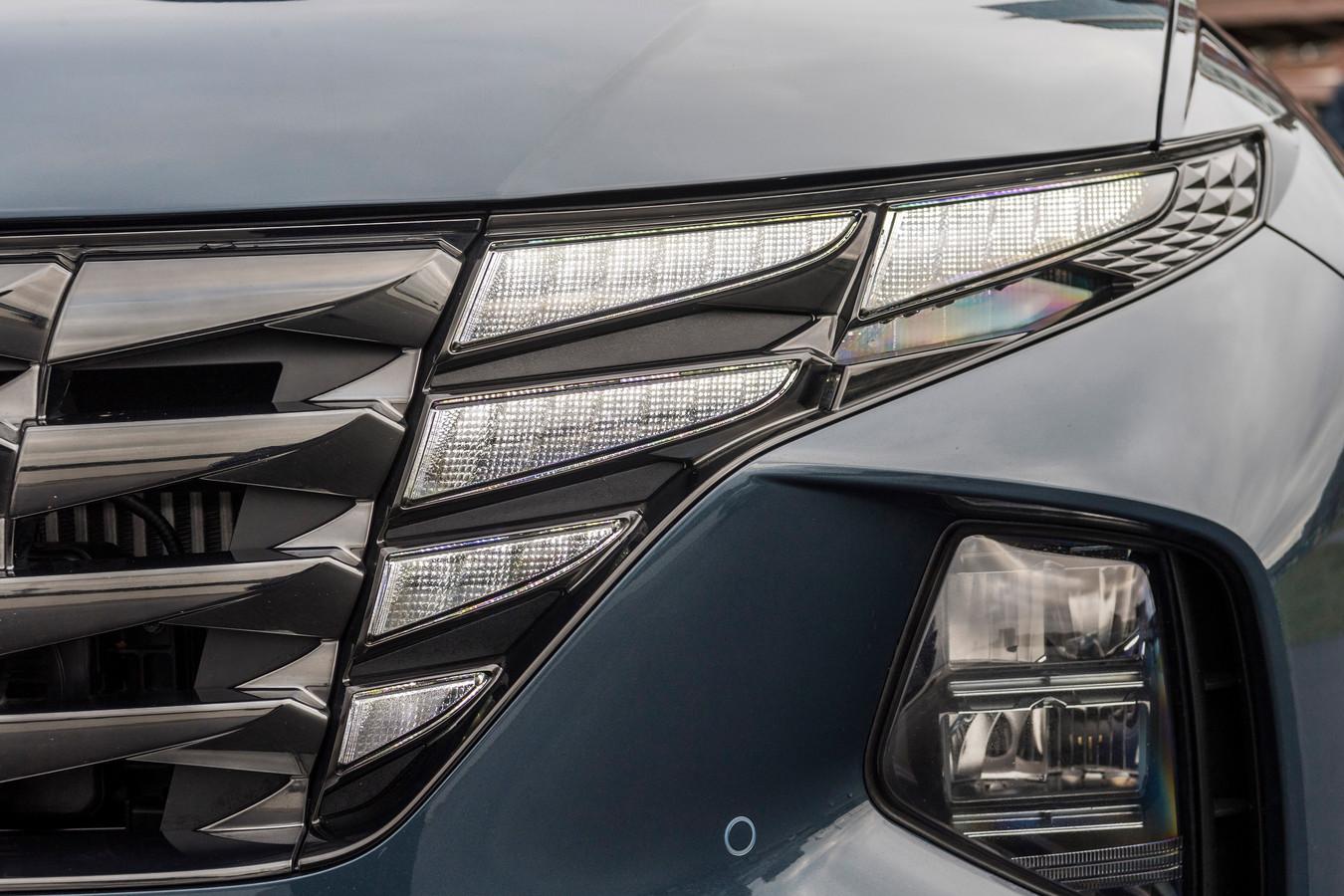 Vindingrijk en opvallend: op het eerste gezicht loopt de (niet verlichte) grille loopt door in de koplampen. De vijf rechter elementen branden als dagrijverlichting