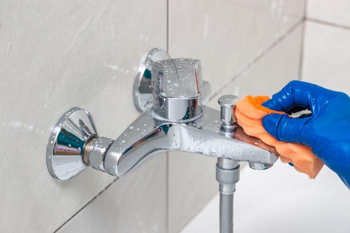 Kalkaanslag verwijderen in de douche, een van de meest hardnekkige schoonmaakklussen.