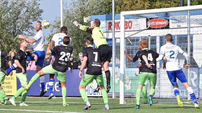 Drukte voor het doel van Spijkenisse. Giovanni Siereveld (links), Kyle Doesburg en Alexander Embrechts komen niet tot scoren.