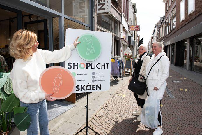 Tiel De middenstand wordt steeds creatiever in deze coronatijd, Monique Lemmers heeft een shoplicht voor kledingwinkel in de Weerstraat.