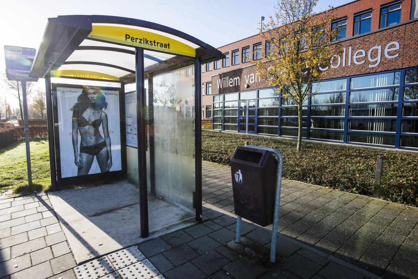 Een bushokje met de poster in Wijk en Aalburg.
