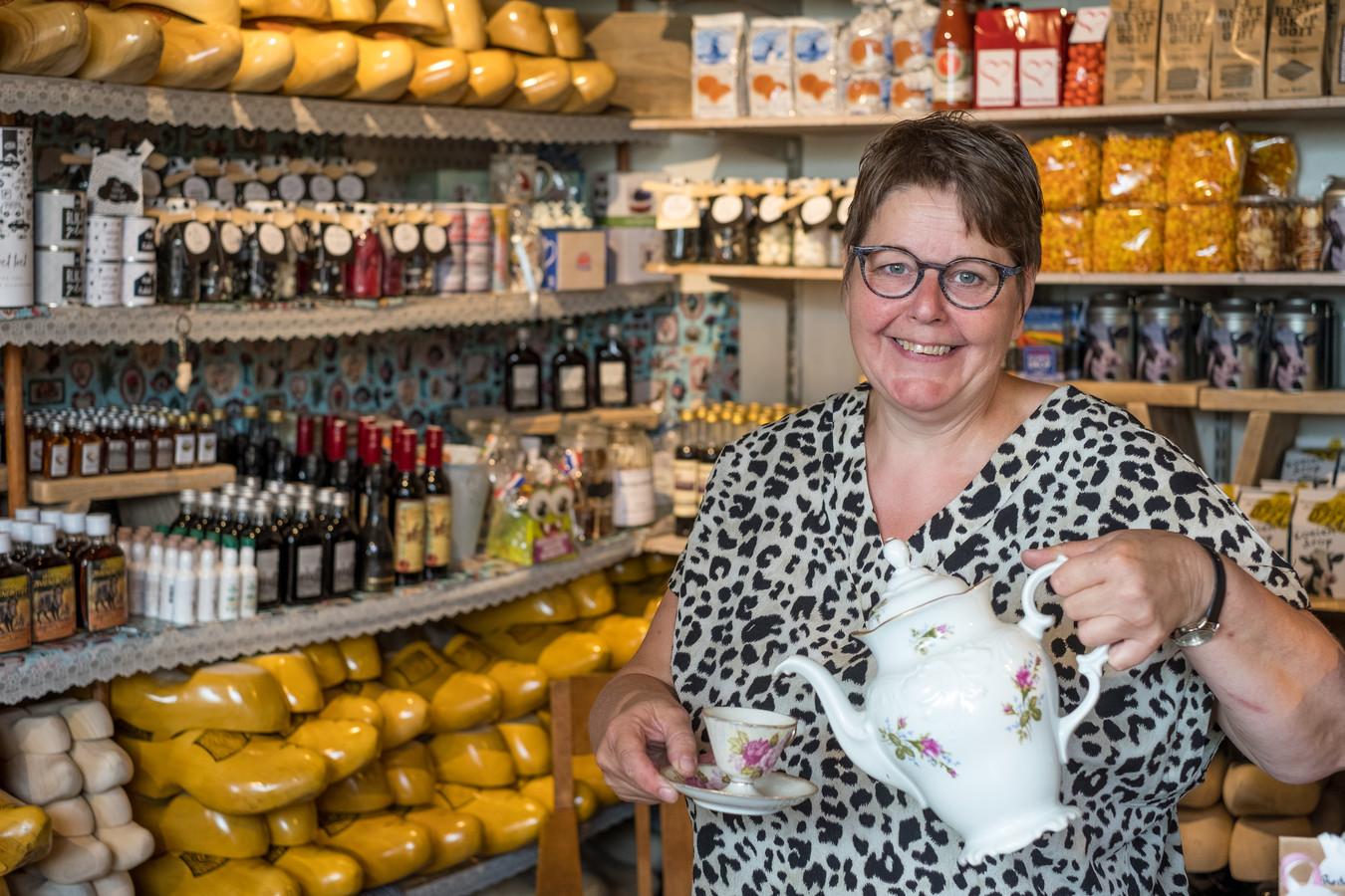 Zwiertje Nagelhout heeft de koffie of thee in de klompenzaak klaarstaan voor haar klanten.