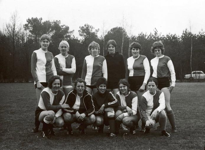 Het eerste Nederlandse vrouwenelftal in 1971. V.l.n.r., staand: Koos Minderhoud, onbekend, Jannie Slabber, onbekend, Diana Vogelaar, Lia Rietdijk. Gehurkt: Rachel Hokke, Marja Versprille, Marja Adriaanse, Thea Bakx, Ella Lepoeter.