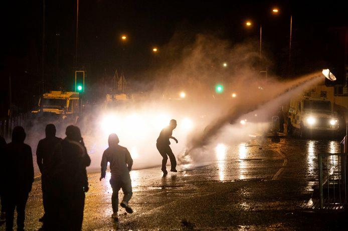 Betogers krijgen het waterkanon op zich.