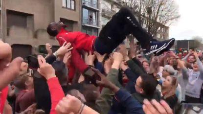 """Owusu stopt voor Antwerp-fans die hun derbyheld letterlijk op handen dragen: """"Merci William, merci William!"""""""