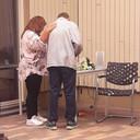 Een begeleider en bewoner staan even stil bij een herdenkplekje voor een overleden bewoner.