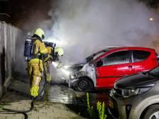 Twee auto's en aanhangwagen in brand in Sint Willebrord, mogelijk door brandstichting