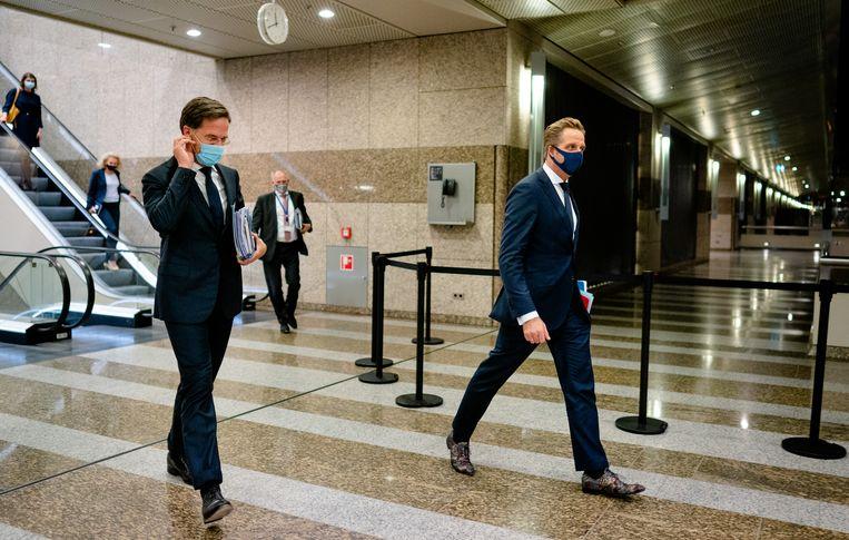 Premier Mark Rutte en minister Hugo de Jonge met een mondkapje in de Tweede Kamer. Beeld ANP
