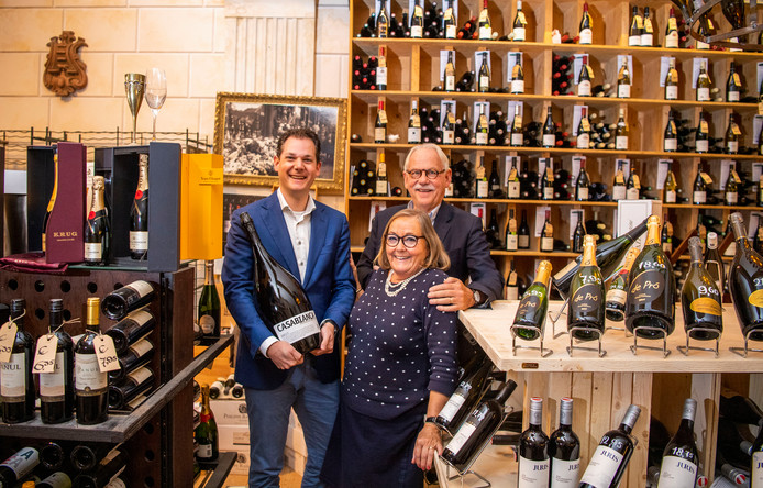 Julien Platenburg van wijnkoperij Platenburg - met familie. Ze bestaan 125 jaar aan de Goudsesingel. Foto: Frank de Roo
