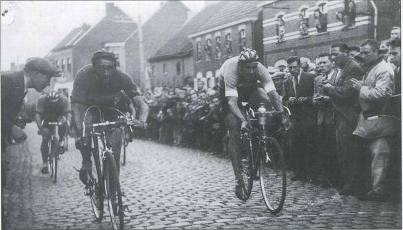 Een foto uit het boek: de aankomstfoto van de wedstrijd met Kermis Driehoek op 17 juli 1948, met winnaar Octave De Winter (Moorsel) voor Staaf Van den Berghe (Haaltert).