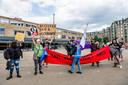 Bij aanvang van de manifestatie ontrolden zeven demonstranten een spandoek. Ze werden, na wat gescheld over en weer, door de politie weggestuurd.