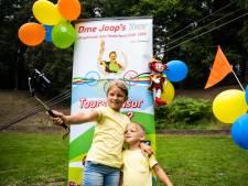 Kinderen blij met Ome Joop's Tour 2.0: 'Ik fiets graag en krijg overal cadeautjes'