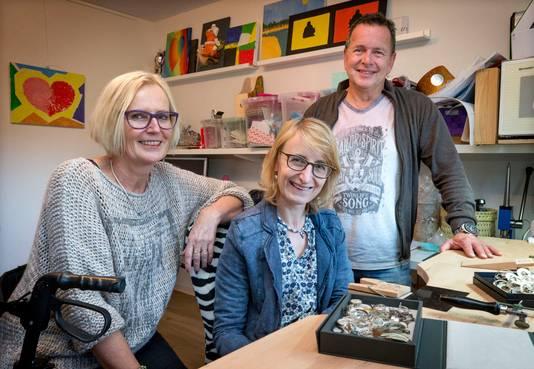 Britt Mollen met haar ouders Sjef en Sandra. Britt raakte op 19-jarige leeftijd in coma nadat zij werd aangereden door een auto. Na 6 jaar revalideren kan zij weer zelfstandig bewegen, praten en dingen doen en woont ze in een aangepaste woning grenzend aan haar ouderlijk huis.