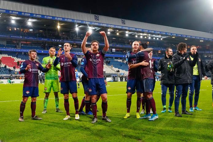 Jordens Peters (midden) viert met zijn ploeggenoten de zege op Heerenveen.