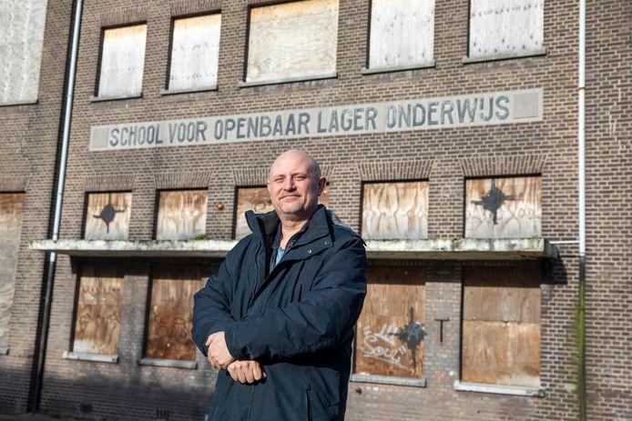 Mark Wiskerke voor het huis en voor de school van 2 zonen van NSB-gezin Boot in Vlaardingen.