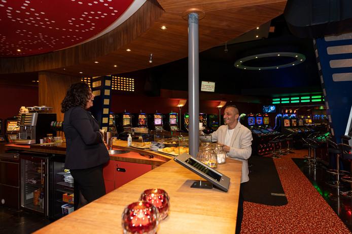 Funtastic in Renesse, hier met assistent bedrijfsleider Melissa Matthijs (l) en klant Fahri Coskunsu.