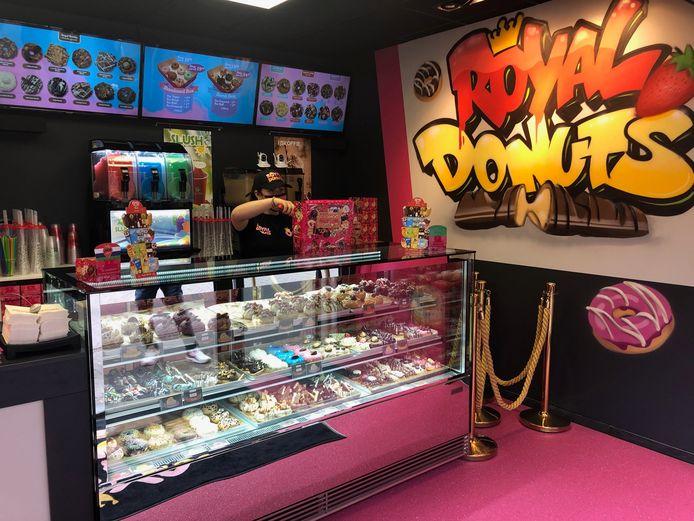 Medewerkster Ksenia aan het werk in het Udense filiaal van Royal Donuts aan de Sacramtensweg.