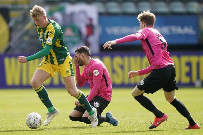 Kees de Boer blijft als één van de weinigen bij ADO overeind tegen FC Utrecht en mag op meer speeltijd rekenen.
