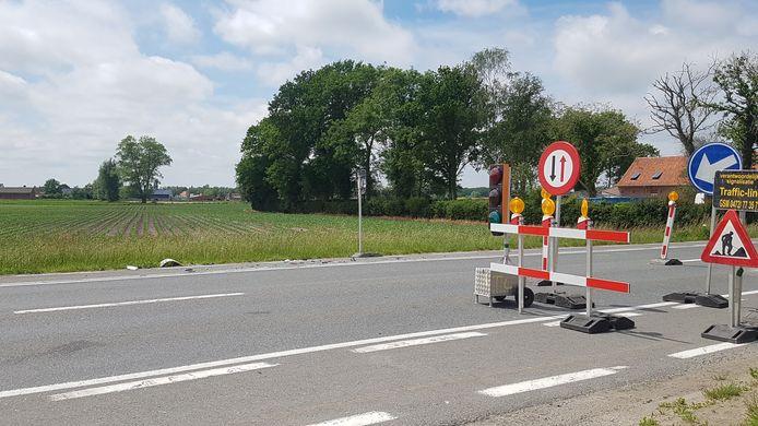 De witte bestelwagen werd aangereden op deze plaats. De bestuurder van de tractor had allicht de snelheid verkeerd ingeschat.