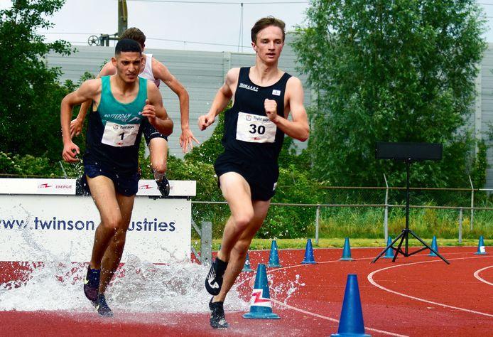 Mart Nijhuis aan kop in een steeplechase wedstrijd.