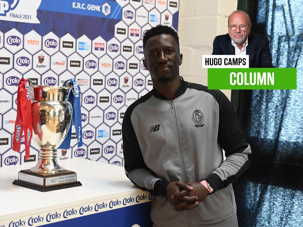 Standard-coach Mbaye Leye poseert met de Beker. Mag hij die straks meenemen naar Luik?