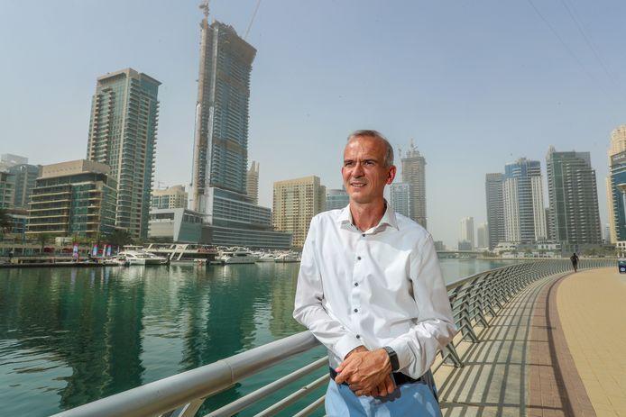 Yves Vekemans poseert aan de Dubai Marina met in de achtergrond een naar Dubai-normen eerder bescheiden selectie van wolkenkrabbers.