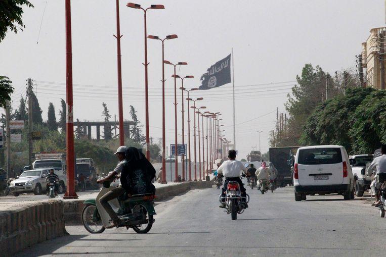 De IS-vlag wappert in Tel Abyad, Raqqa, aan de Syrisch-Turkse grens. Beeld REUTERS