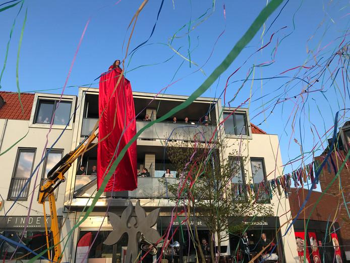 Evelien Goverde zong zichzelf letterlijk de lucht in. Onder het meterslange jurk kwam een kunstwerk tevoorschijn.