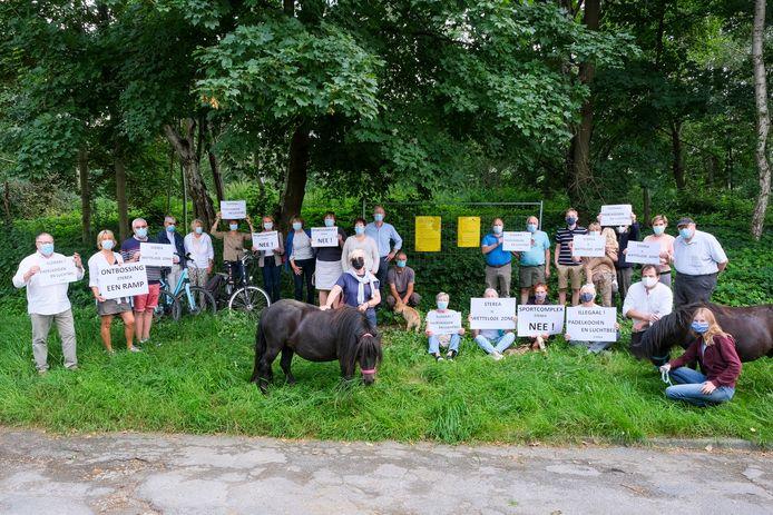 Buurtbewoners protesteren tegen de plannen voor padelterreinen.