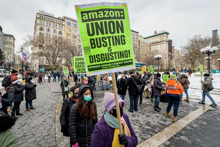 Protest in New York tegen Amazon . Beeld LightRocket via Getty Images